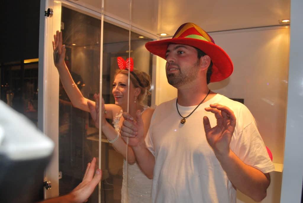 אנשים נהנים בתא צילום שלנו!