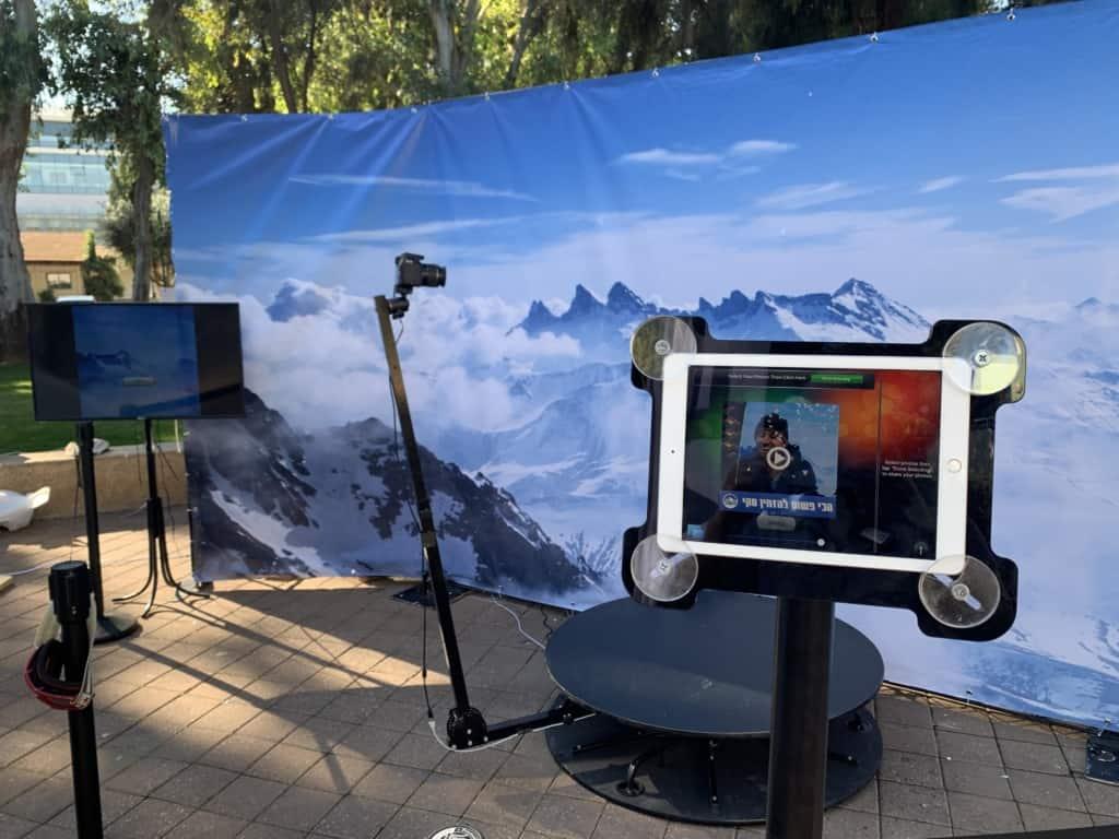 עם עמדת הצילום 360 שלנו מגיע טאבלט בעזרתו האורחים יכולים לשתף את הסרטונים