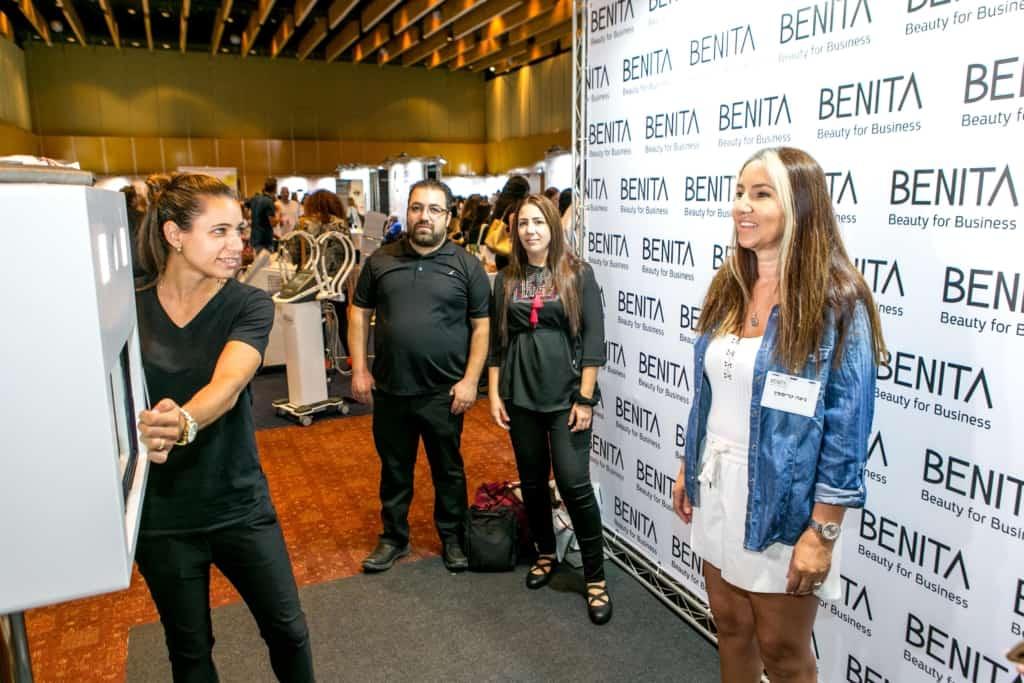 BENITA נהנית עם עמדת צילום לאירוע חברה של FaceIt